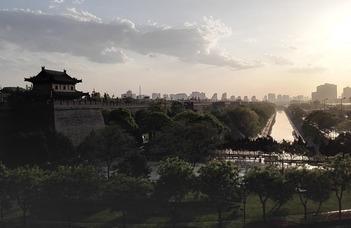 Bakos Tamás Kína különböző régióit mutatja be az érdeklődőknek. A Konfuciusz Intézet programja.