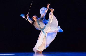 Kínai tánc- és cirkuszművészek bemutatója az ELTE-n.