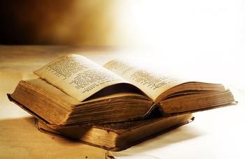 Biblia a dohányzóasztalon (Magyar Nemzet)
