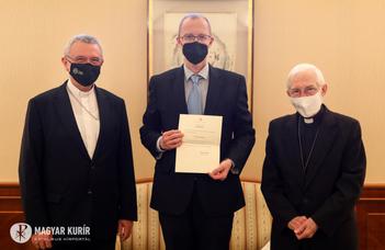 Michael A. Blume nuncius átadta Molnár Antal kinevezését a Pápai Történettudományi Bizottságba (magyarkurir.hu)